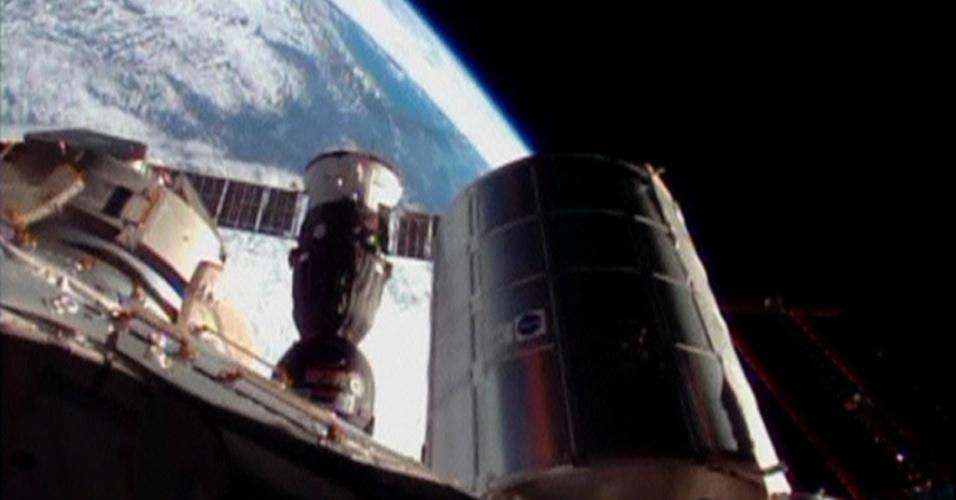 7.nov.2013 - Nave Soyuz atraca-se à Estação Espacial Internacional na manhã de 7 de novembro. Ela levou três astronautas e a tocha olímpica de Sochi 2014, que sairá para uma caminhada no sábado (9)