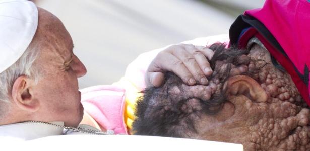 O papa Francisco interrompeu uma audiência geral no Vaticano para abraçar Vinicio Riva