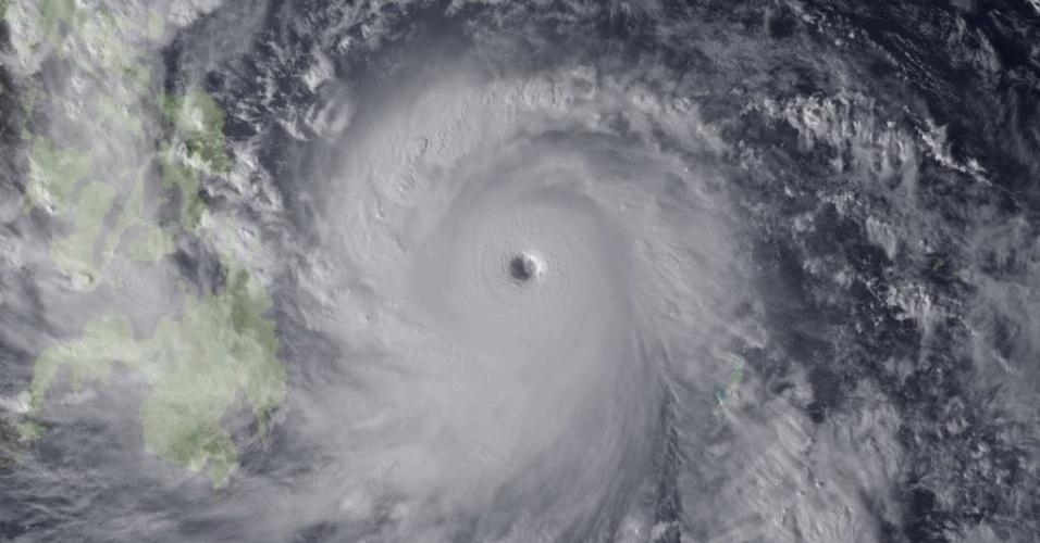7.nov.2013 - O super tufão Haiyan é visto se aproximando das Filipinas em imagem divulgada pela Agência de Meteorologia do Japão, nesta quinta-feira (7). Autoridades alertam mais de 12 milhões de pessoas sobre os riscos do fenômeno climático, que deve alcançar ventos de mais de 330 km/h quando chegar à costa nesta sexta
