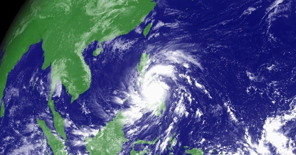 8.nov.2013 - Tufão Haiyan atinge as Filipinas, em imagem de satélite meteorológico tirada à 0h30 desta sexta-feira (8). Haiyan, possivelmente o mais forte tufão registrado a atingir terra firme, chegou ao centro das Filipinas, forçando milhões de pessoas a fugir para terreno mais seguro ou se refugiar em abrigos de tempestade. O tufão foi avaliado como de categoria 5 (em uma escala de 5) e gerou ondas de até 5 metros nas ilhas filipinas de Leyte e Samar