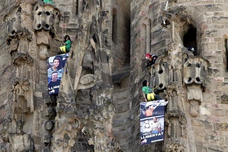 8.nov.2013 - Ativistas do Greenpeace se penduraram nesta sexta-feira (8) na Catedral da Sagrada Família, em Barcelona, na Espanha. Os integrantes da organização pedem libertação de membros da ONG presos na Rússia