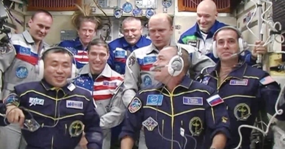 8.nov.2013 - Estação Espacial Internacional está com nove astronautas (no fundo, de azul) a americana Karen Nyberg, o russo Fyodor Yurchikhin e o italiano Luca Parmitano; (no meio de branco) o russo Sergey Ryazanskiy, o americano Michael Hopkins e o russo Oleg Kotov; e, os nomos membros da expedição 38 (embaixo), o japonês Koichi Wakata, o russo Mikhail Tyurin, e o americano Rick Mastracchio.  Fyodor Yurchikhin, Karen Nyberg e Luca Parmitano voltam à Terra no domingo (10)