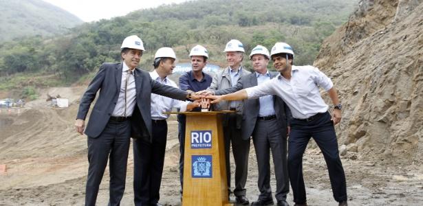 O então governador Cabral e o prefeito Paes fazem detonação necessária à avenida para a Rio-2016