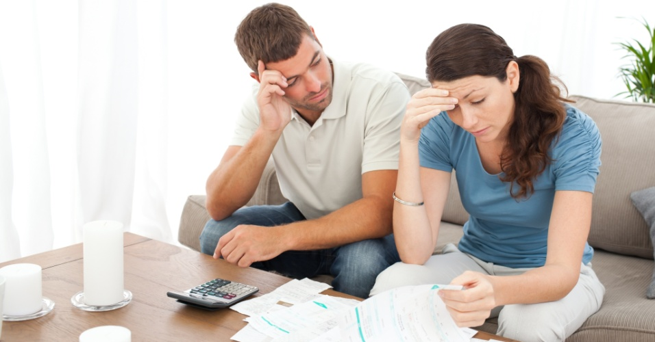 Casal preocupado com dívidas e contas, endividamento
