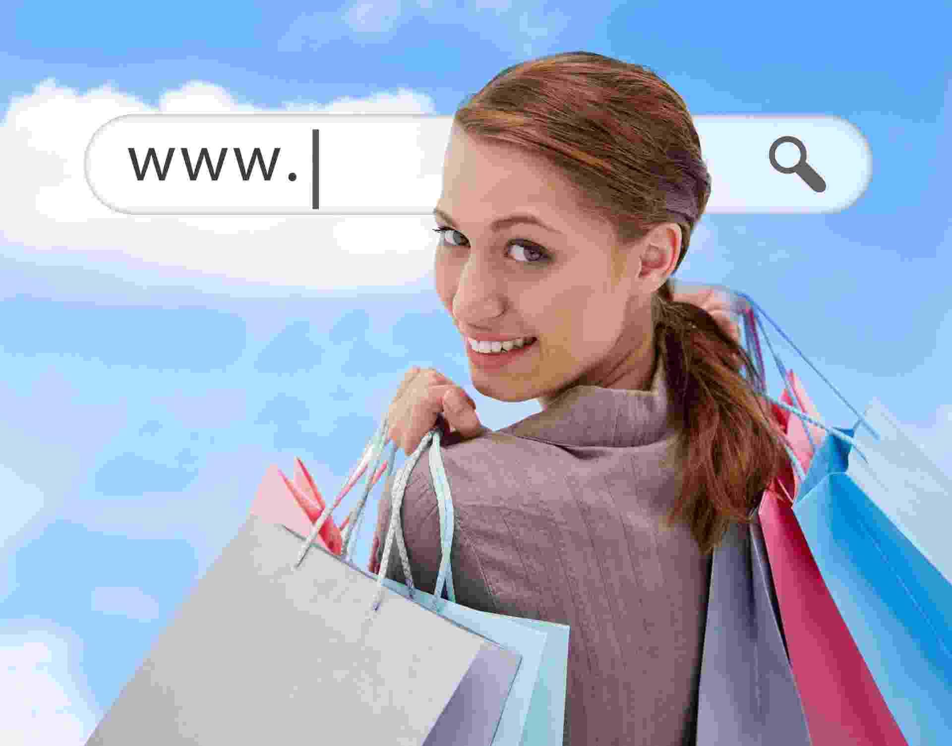 Mulher olha sobre o ombro com sacolas de compras; e-commerce, internet, compras pela internet, loja virtual - Getty Images