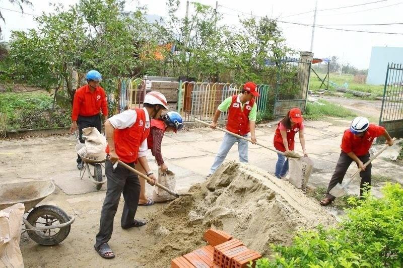 9.nov. 2013 - Foto fornecida pela Cruz Vermelha no Vietnã mostra equipes ajudando a evacuar a cidade de Danang antes da passagem do tufão  Haiyan. O governo vietnamita iniciou a evacuação de 100 mil moradores de áreas que podem ser atingidas pelo tufão