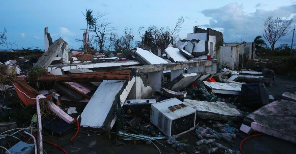 9.nov. 2013 - Prédio desabou após a passagem do tufão Haiyan pela cidade de Tacloban