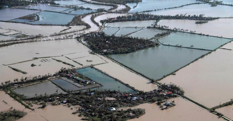 9.nov.2013 - A província de Iloilo ficou submersa após a passagem do tufão Haiyan pelas Filipinas. Considerada por especialistas como a tempestade mais forte da história, o tufão já matou mais de cem pessoas no país e deixou rastro de destruição