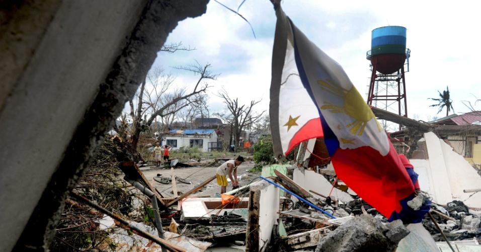 9.nov.2013 - Filipino tenta recuperar pertences por entre escombros de casa destruída pelo tufão Haiyan na cidade de Tacloban