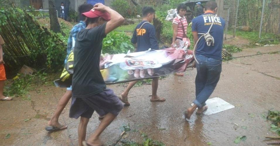 9.nov.2013 - Moradores retiram corpo de escombros em Coron (Filipinas)