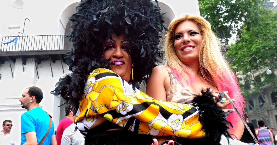 9.nov.2013 - Na Argentina, centenas de pessoas participaram da 22ª Parada Gay de Buenos Aires. O evento ocorreu nas imediações da Praça de Maio, reunindo ativistas e simpatizantes da causa LGBT