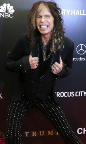 9.nov.2013 - O vocalista do grupo Aerosmith, Steven Tyler, faz pose ao chegar ao