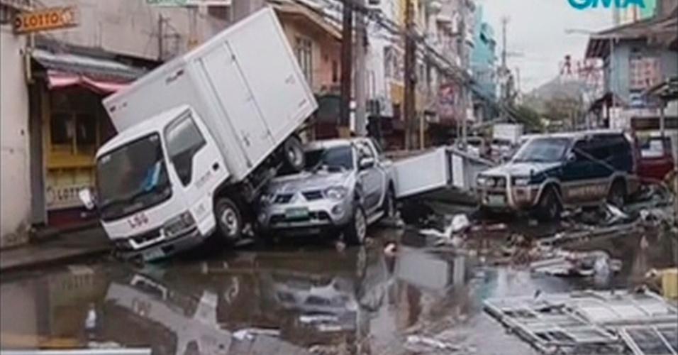 9.nov.2013 - Veículos ficam empilhados após passagem do tufão Haiyan pela cidade filipina de Tacloban