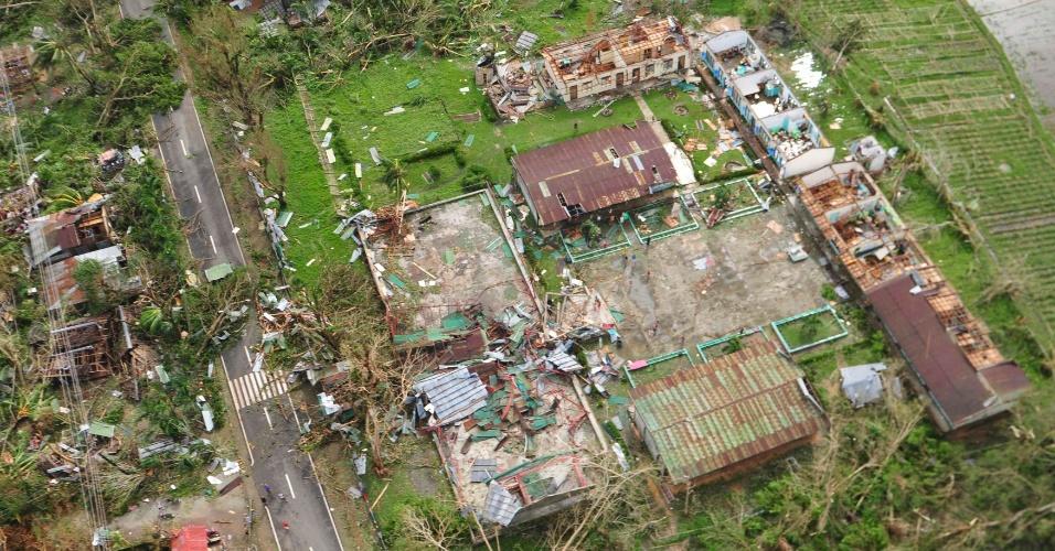 9.nov.2013 - Vista aérea mostra casas destruídas depois da passagem do tufão Haiyan na província de Iloilo, no centro das Filipinas
