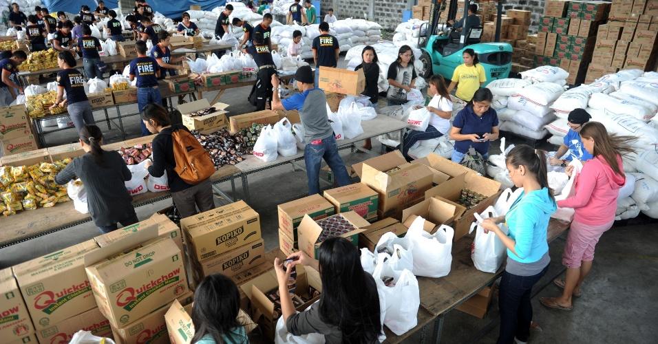 9.nov.2013 - Voluntários embalam donativos para as vítimas do tufão Haiyan no departamento de assistência e desenvolvimento social, em Manila (Filipinas)