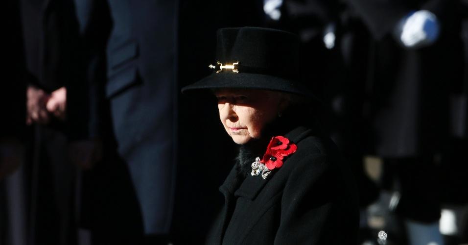 10.nov.2013 - A rainha da Grã-Bretanha, Elizabeth 2ª, participa de cerimônia em homenagem aos mortos em guerras, neste domingo (10), em Londres. Hoje países europeus e ex-colônias britânicas realizam o Dia do Armistício - que marca o final da Primeira Guerra Mundial em novembro de 1918 - para lembrar as vítimas civis e militares dos conflitos