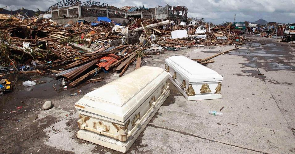 10.nov.2013 - Caixões vazios foram abandonados no meio da rua após passagem do supertufão Hayan, na cidade de Tacloban, província de Leyte (Filipinas). A tempestade, uma das mais fortes já registradas, matou ao menos 10 mil pessoas na província, segundo a polícia