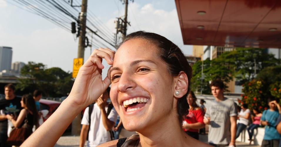 10.nov.2013 - Candidata Barbara Rossana deixa local de prova após primeira fase do Vestibular 2014 da Unicamp. Exame cobrou textos sobre oficinas culturais e trânsito