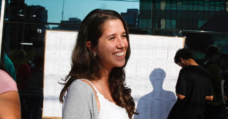 10.nov.2013 - Candidata Beatriz Martins, 17, deixa local de prova após primeira fase do Vestibular 2014 da Unicamp. Exame cobrou textos sobre oficinas culturais e trânsito