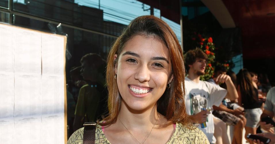 10.nov.2013 - Candidata Luiza Tolentino deixa local de prova após primeira fase do Vestibular 2014 da Unicamp. Exame cobrou textos sobre oficinas culturais e trânsito