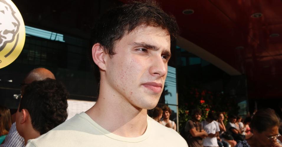 10.nov.2013 - Candidato Gustavo Correia, 16, deixa local de prova após primeira fase do Vestibular 2014 da Unicamp. Exame cobrou textos sobre oficinas culturais e trânsito