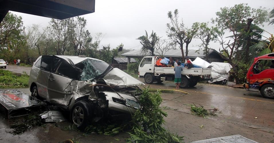 10.nov.2013 - Carro destruído ao norte da região de Borbon, em Cebu, capital das Filipinas, depois da passagem do tufão Haiyan. De acordo com a polícia, mais de dez mil pessoas morreram com a passagem do fenômeno