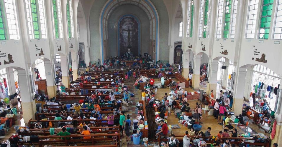 10.nov.2013 - Filipinos se refugiam em igreja após passagem do supertufão Hayan, na cidade de Tacloban, província de Leyte (Filipinas). A tempestade, uma das mais fortes já registradas, matou ao menos 10 mil pessoas na província, segundo a polícia