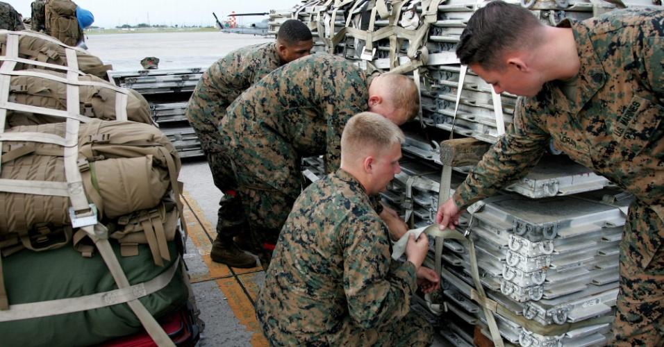 10.nov.2013 - Oficiais da Marinha norte-americana em uma base no Japão organizam kits de ajuda humanitária que serão enviados às áreas devastadas nas Filipinas pelo tufão Haiyan
