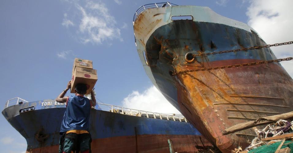 10.nov.2013 - Ondas causadas pelo tufão Haiyan levaram barcos a região com casas, na cidade de Tacloban, província central de Leyte (Filipinas). O tufão Haiyan, uma das tempestades mais fortes já registradas, matou ao menos 10 mil pessoas na província, segundo a polícia