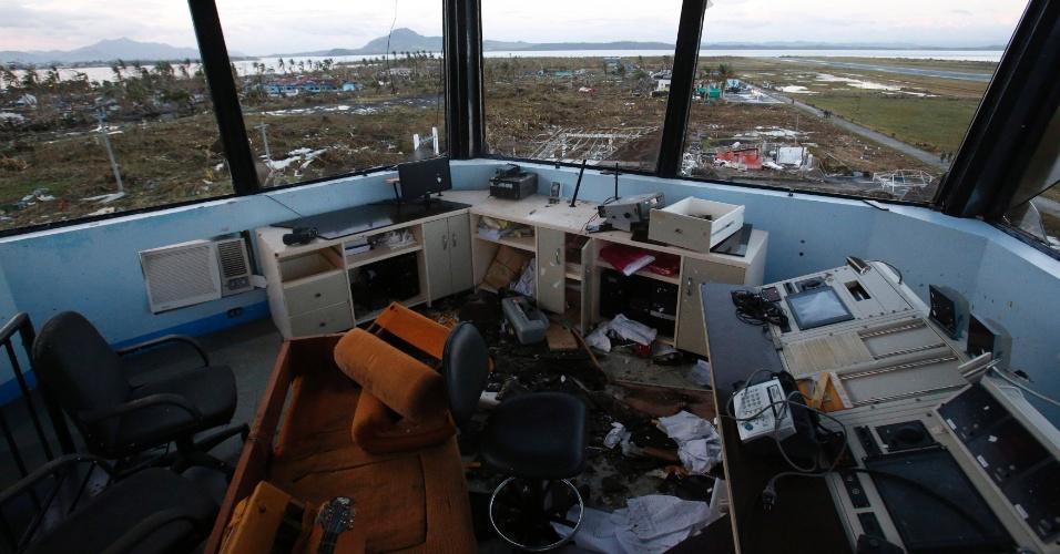 10.nov.2013 - Torre de controle do Aeroporto da cidade de Tacloban, nas Filipinas, após passagem do tufão Haiyan, que deixou uma estimativa de dez mil vítimas fatais, de acordo com as autoridades