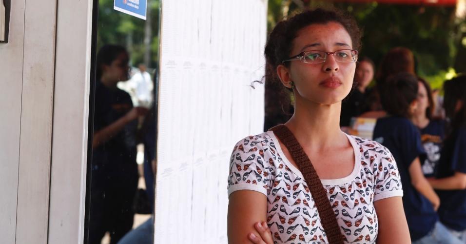 10.nov.2013 - Jovem chega poucos minutos após fechamento do portão de local de prova localizado em São Paulo. Ela preferiu não dar entrevista.