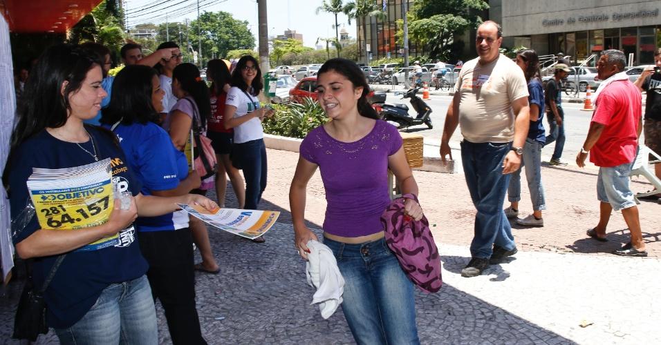 10.nov.2013 - Candidata corre para entrar em local de prova da primeira fase da Unicamp 2014, na Unip Vergueiro, São Paulo.