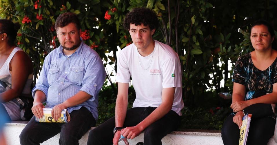 10.nov.2013 - Rapaz (de camiseta branca) chega poucos minutos após fechamento do portão de local de prova localizado em São Paulo. Ele preferiu não dar entrevista.
