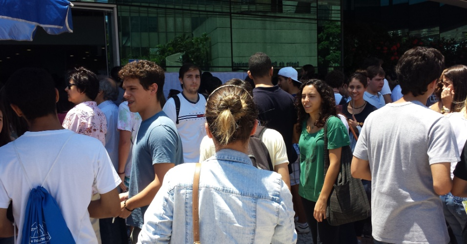 10.nov.2013 - Candidatos aguardam o início da primeira fase do vestibular da Unicamp 2014, na Unip Vergueiro, em São Paulo. Este ano, o exame teve um número recorde de inscritos: 73.818 candidatos. Eles vão disputar 3.460 vagas em 69 cursos da Unicamp e dois cursos da Famerp (Faculdade de Medicina de São José do Rio Preto)