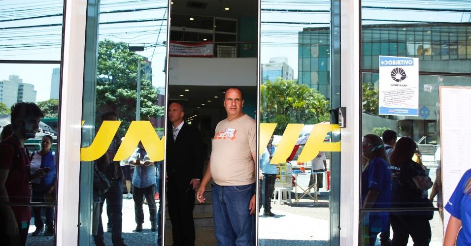 10.nov.2013 - Fiscal fecha o portão de local de prova da primeira fase da Unicamp 2014, na Unip Vergueiro, São Paulo.