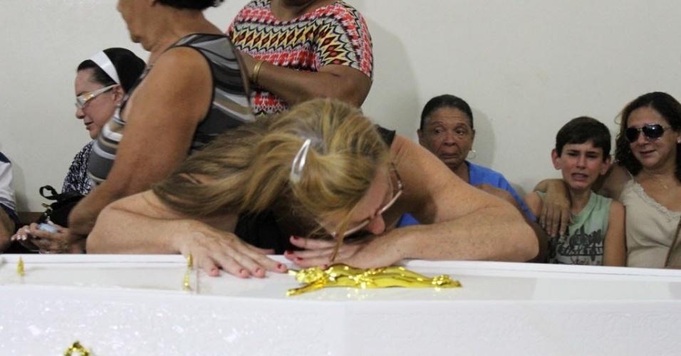 11.nov.2013 - Familiares, amigos e moradores de São Joaquim da Barra (SP) participam do velório do menino Joaquim Ponte Marques, de 3 anos, encontrado morto no rio Pardo
