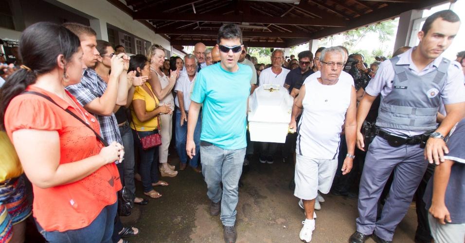 11.nov.2013 - Familiares carregam caixão do menino Joaquim Ponte Marques, 3, durante enterro no cemitério municipal de São Joaquim da Barra (SP), na tarde desta segunda-feira (11)