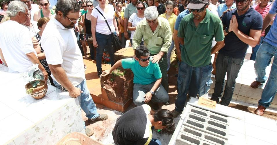 11.nov.2013 - Familiares e amigos se reúnem durante o enterro do menino Joaquim Ponte Marques, 3