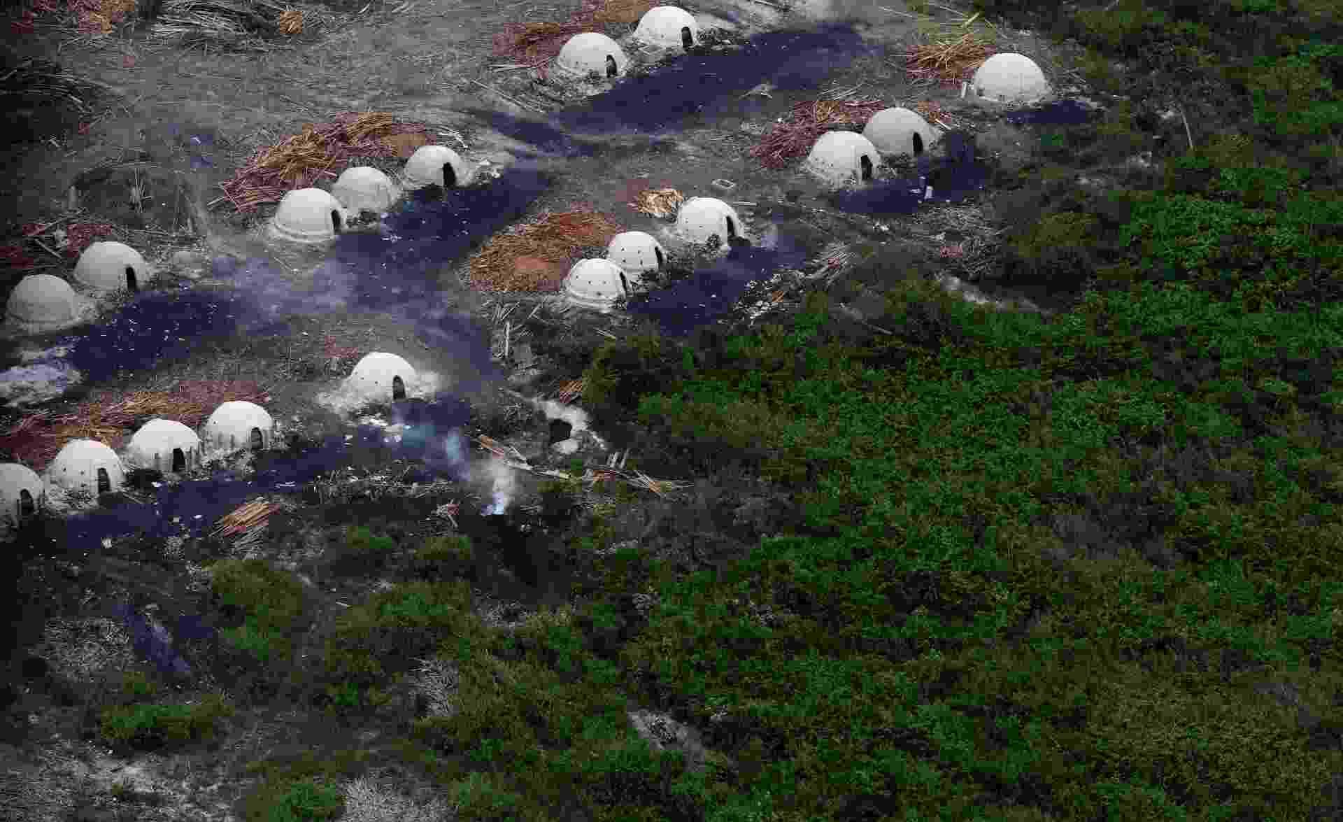 11.nov.2013 - Fornos usados para fabricar carvão vegetal a partir de árvores derrubadas ilegalmente na Floresta Amazônica são vistos de helicóptero da Polícia Militar Ambiental, durante uma operação contra madeireiras realizada em setembro de 2013 - Ricardo Moraes/Reuters