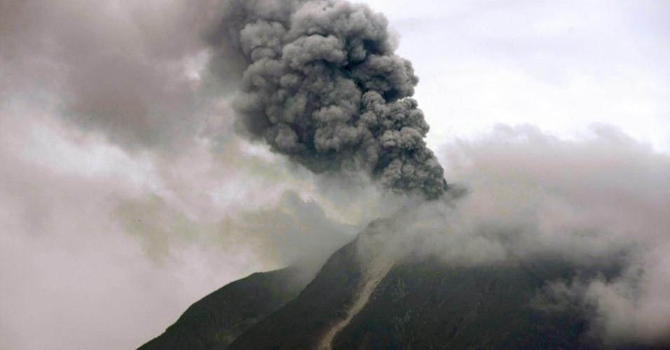 11.nov.2013 - Monte Sinabung é visto a partir de Karo, no norte da Sumatra, na Indonésia, expelindo cinzas vulcânicas. De acordo com a Agência Nacional de Administração de Desastres indonésia, cerca de 1.680 pessoas foram retiradas de suas casas por conta da erupção do vulcão