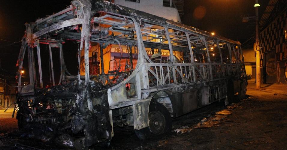 11.nov.2013 - Um ônibus foi incendiado e outro apedrejado, na região de Sapopemba, zona leste de São Paulo, por volta das 20h30 de domingo (10). Os ataques ocorreram após um suspeito de roubo ter sido morto na região pela Polícia Militar
