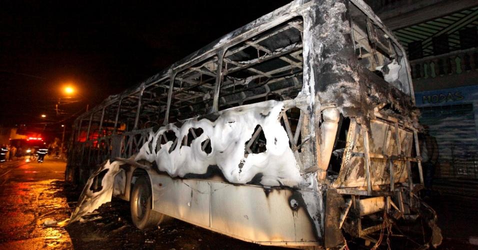 11.nov.2013 - Bandidos atearam fogo a um ônibus no bairro de Sapopemba, zona leste de São Paulo, na noite desta segunda-feira (11). Outros quatro coletivos foram atacados na região entre a noite de segunda-feira (11) e a madrugada desta terça. O ataque pode ter sido motivado pela morte de um suspeito pela polícia