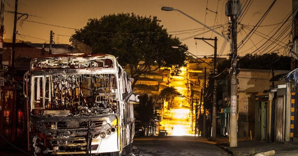 11.nov.2013 - Bandidos atearam fogo a ônibus no bairro de Sapopemba, zona leste de São Paulo, na noite desta segunda-feira (11). Ao menos seis coletivos foram atacados na região entre a noite de segunda e a madrugada desta terça. De acordo com a PM, a ação dos criminosos seria uma represália pela morte de um homem durante uma perseguição policial