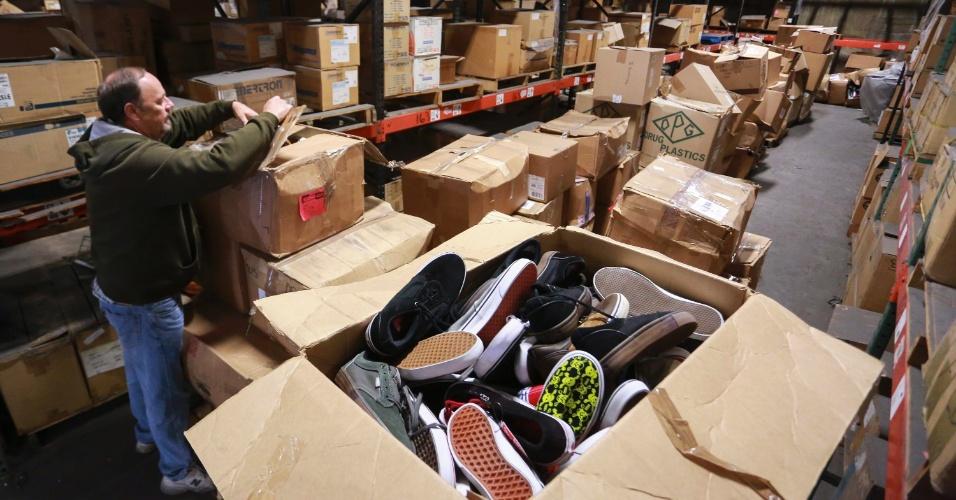 12.nov.2013 - Bruce Brinker, gerente de um depósito em Wilmington, na Califórnia, prepara caixas com tênis que serão enviados para as vítimas do tufão Haiyan nas Filipinas
