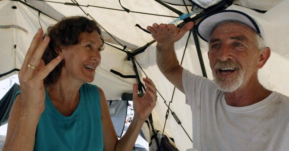 12.nov.2013 - O americano Larry Womack, 59, e a esposa Bobbie, 54, comemoram o fato de sobreviverem à passagem tufão Haiyan as Filipinas