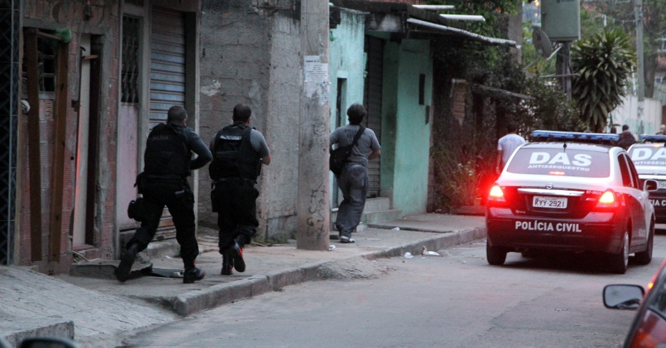 12.nov.2013 - A Polícia Civil do Rio de Janeiro iniciou na manhã desta quarta-feira (13) uma operação no complexo de favelas da Maré, na zona norte a capital fluminense. Os agentes buscam cumprir 44 mandados de prisão