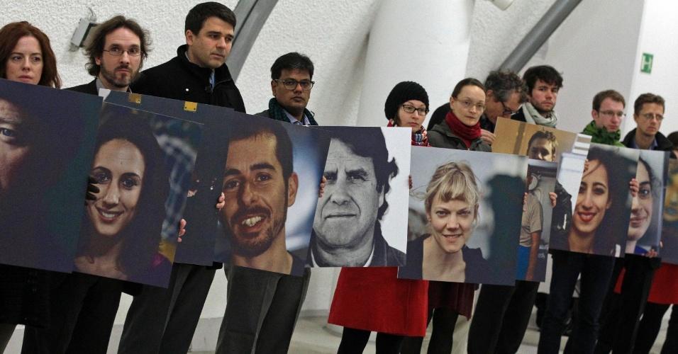 13.nov.2013 - Ativistas do Greenpeace exibem cartazes e pedem a libertação de membros do grupo presos da Rússia, após um protesto contra a exploração de petróleo do Ártico, durante a Conferência do Clima da ONU, a COP-19, que ocorre em Varsóvia, na Polônia