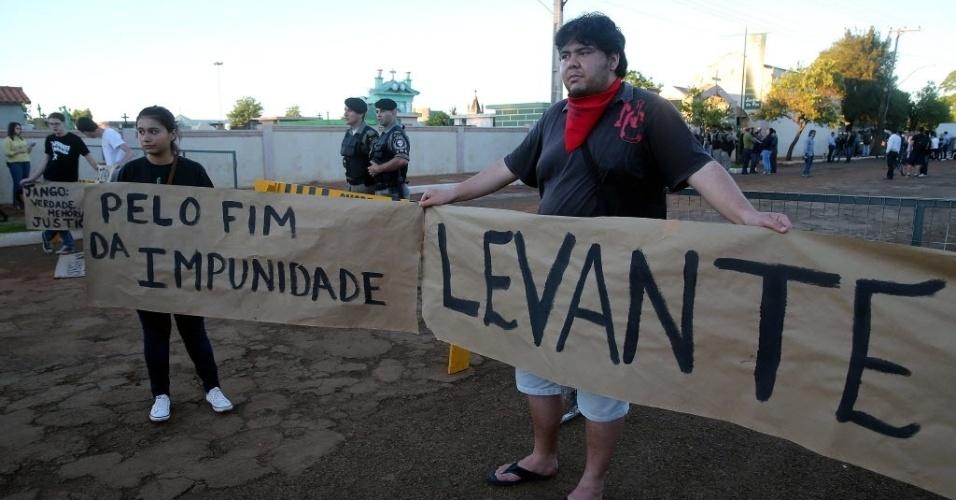 13.nov.2013 - Manifestantes exibem cartazes durante exumação dos restos mortais do ex-presidente João Goulart no cemitério Jardim da Paz, em São Borja, no Rio Grande do Sul