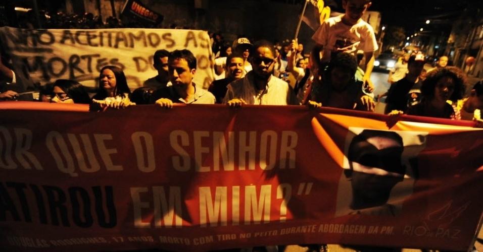 13.nov.2013 - Moradores da Vila Sabrina fazem protesto pela morte do adolescente Douglas Rodrigues, 17. O rapaz foi morto no dia 27 de outubro, durante uma abordagem policial no bairro de Vila Medeiros, zona norte de São Paulo. O cantor Emicida participou do ato