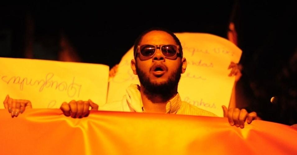 13.nov.2013 - O cantor Emicida participa de protesto nesta quarta-feira (13) junto com os moradores da Vila Sabrina pela morte do adolescente Douglas Rodrigues, 17. O rapaz foi morto no dia 27 de outubro, durante uma abordagem policial no bairro de Vila Medeiros, zona norte de São Paulo